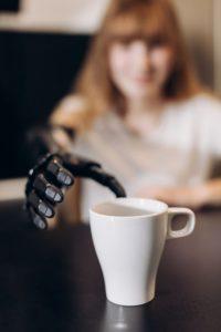 纜線系統的義肢能無意識地從桌面上拿起一個咖啡杯